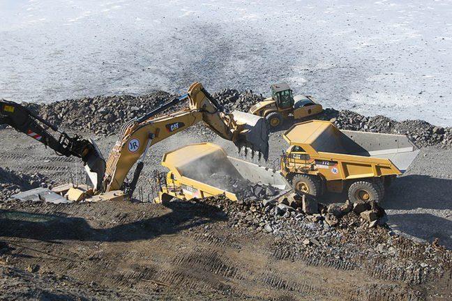 JR Anleggs gravemaskin fyller dumper med steinmasse