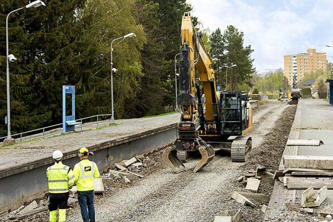 Gravemaskin og folk i arbeid ved Østensjøbanen